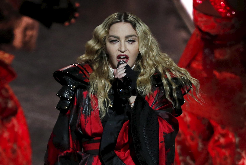 Un día rubia, otro morena. Un disco pop, otro electrónico, ni heterosexual ni homosexual. A Madonna no le se puede encasillar, no se acomoda a las convenciones, un paradigma de la post-modernidad.