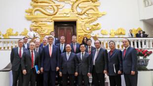 Ngoại trưởng Mỹ John Kerry và thủ tướng Nguyễn Xuân Phúc, Hà Nội ngày 13/01/2017.