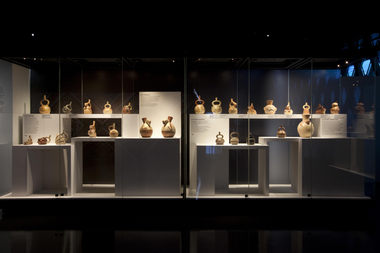 """Una parte de la exposición del Quai Branly """"El Perú antes de los Incas"""" con varias cerámicas."""