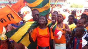 Une partisante du candidat de Cap 2015 à l'élection présidentielle de 2015 au Togo, Jean-Pierre Fabre, chef de file de l'opposition, supporte son favori avant son meeting au stade municipal de Lomé, le jeudi 23 avril 2015, trois jours avant le scrutin.