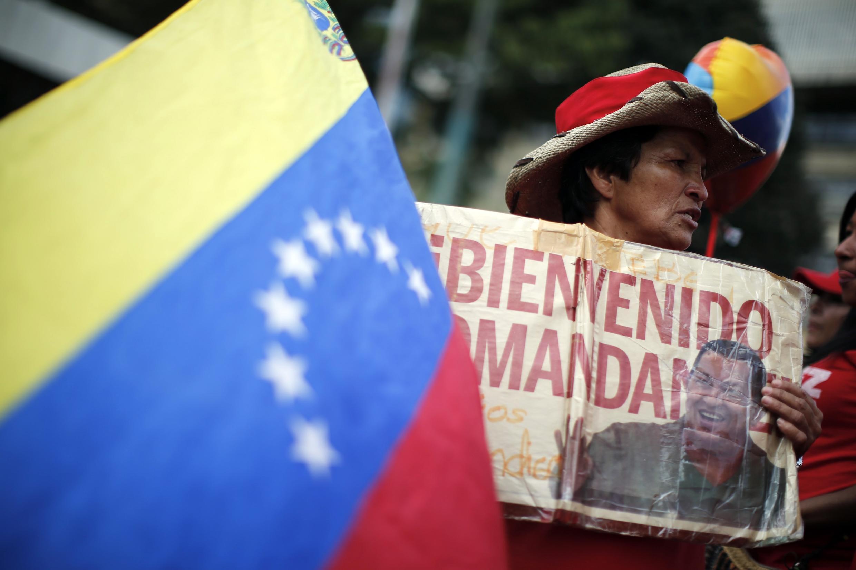 Partidários do presidente Hugo Chávez festejam sua volta nas ruas de Caracas nesta segunda-feira 18.