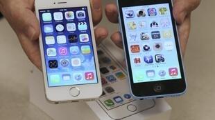 A gauche, un iPhone 5S et, à droite, un iPhone 5C, le 20 septembre 2013.