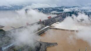 7月18日,三峡枢纽开启泄洪深孔泄洪资料图片