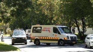 Ambulância que teria transportado o ex-presidente Nelson Mandela para sua casa neste sábado, 6 de abril de 2013.