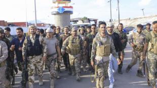 Unos combatientes del movimiento separatista Consejo de Transición del Sur se despliegan en la ciudad yemení de Adén el 26 de abril de 2020
