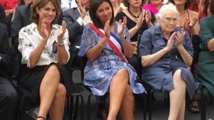 Dolores Delgado, ministra de Justicia de España, Anne Hidalgo, alcaldesa de París, y Colette Drone, hija del capitán Raymond Dronne, el 24 de agosto de 2019 durante el homenaje a la Nueve en el 75° aniversario de la Liberación de París.