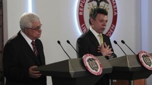 Abas y Santos en rueda de prensa tras el encuentro en Bogotá el martes 11 de octubre 2011