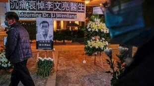 Un mémorial improvisé en hommage au médecin chinois Li Wenliang décédé du coronavirus le 7 février 2020 à Wuhan.
