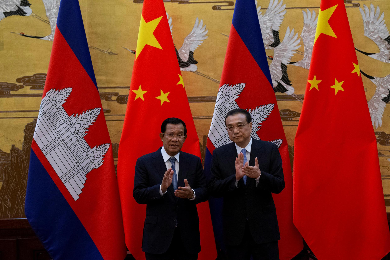 Thủ tướng Cam Bốt Hun Sen (T) và đồng nhiệm Trung Quốc Lý Khắc Cường (Li Keqiang), dự lễ ký kết các hiệp định hợp tác song phương, Bắc Kinh, ngày 22/01/2019