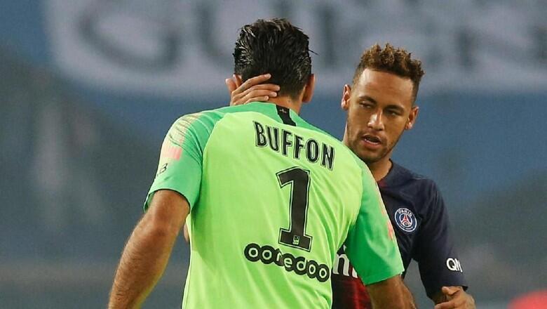 Mai tsaron ragar PSG Gianluigi Buffon tare da dan wasan gaba na kungiyar Neymar.
