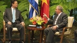 Chủ tịch Cuba Raul Castro tiếp Thủ tướng Nguyễn Tấn Dũng tại Cung Cách Mạng ở La Habana, ngày 27/03/2014.