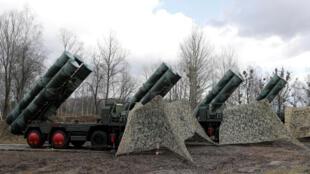 """Tên lửa S-400 """"Triumph"""" đất đối không, được triển khai gần thành phố Gvardeysk, sát Kaliningrad, Russia. Ảnh chụp ngày 11/03/2019."""