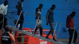 Migrantes socorridos en el Mediterraneo desembarcan en Málaga del navío que los rescató, el 18 de junio de 2018.