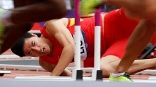 中国运动员刘翔2012年8月7日在第一轮110米栏摔倒