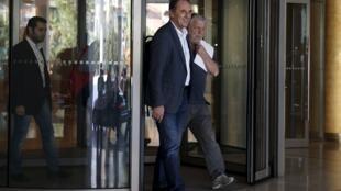 希腊经济部长乔治•斯泰撒基斯(George Stathakis)(中)结束彻夜谈判离开酒店2015年8月11日雅典