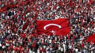 Ủng hộ viên của nhiều phe phái chính trị biểu tình ủng hộ dân chủ tại quảng trường Taksim, Istanbul, Thổ Nhĩ Kỳ, 24/07/2016