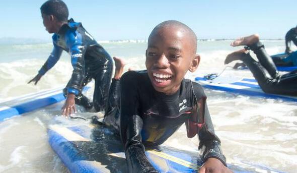 Des jeunes garçons sud-africains pratiquent le surf grâce à l'association «Waves for change» près du Cap.