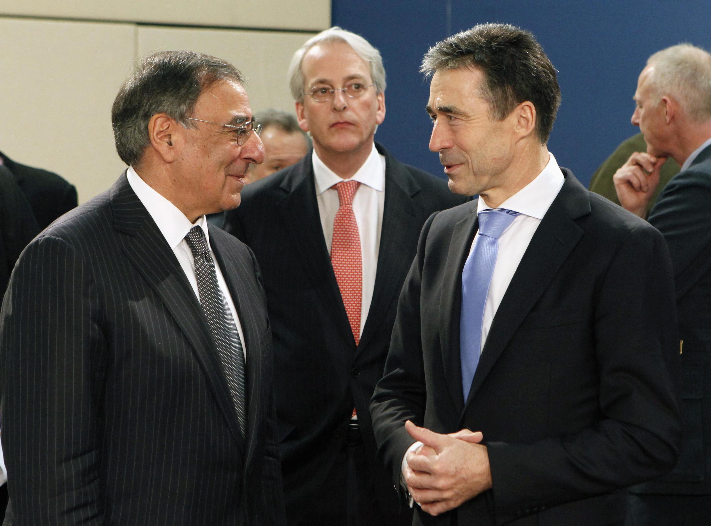Bộ trưởng Quốc phòng Mỹ Leon Panetta (trái) gặp tổng thư ký NATO Anders Fogh (phải) tại cuộc họp của Liên Minh, Bruxelles, 02/02/2012