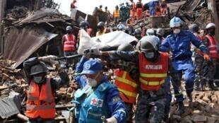 救援者在震中废墟挖出遇难者尸体2015年4月30日加德满都附近巴克塔普尔