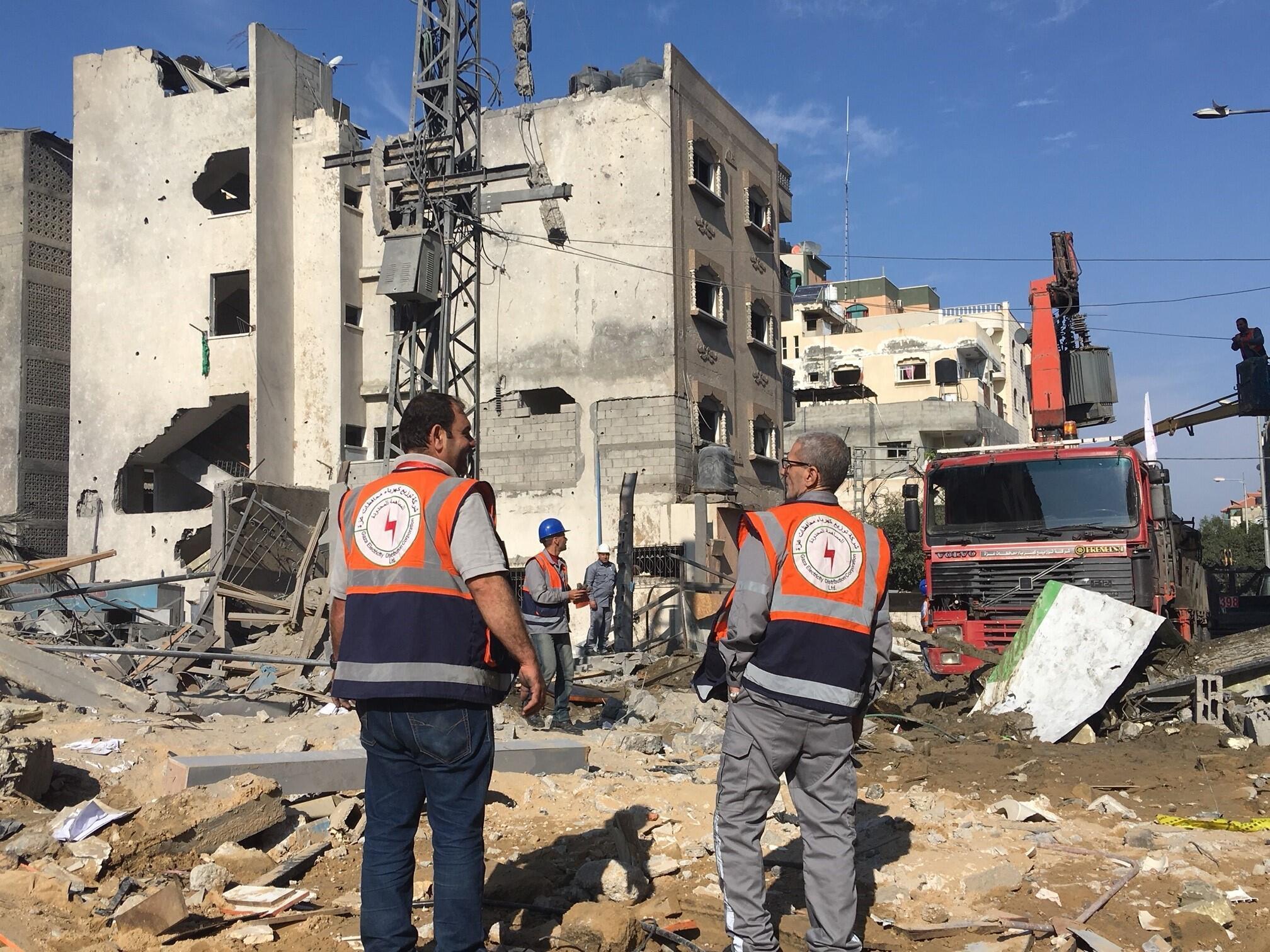 Des déblayeurs près des décombres de la châine de télévision Al-Aqsa TV, le 13 novembre 2018.
