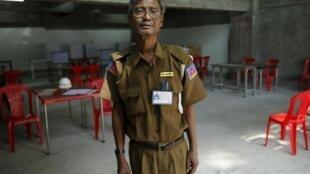Một nhân viên an ninh tại một địa điểm chuẩn bị làm phòng phiếu, 07/11/2015.