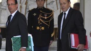 François Hollande (g.) et son ministre de la Défense, Jean-Yves Le Drian (dr.), à l'Elysée, le 30 mai 2012.