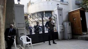 Des soldats égyptiens montent la garde devant l'ONG américaine National Democratic Institute, le 29 décembre 2011 au Caire, alors que la police enquête sur le financement d'ONG étangères en activité en Egypte.