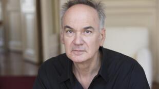 Portrait de l'écrivain Hervé Le Tellier.