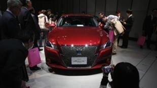 A empresa japonesa Toyota lançou nesta terça-feira a nova geração do Crown, modelo de luxo da marca.