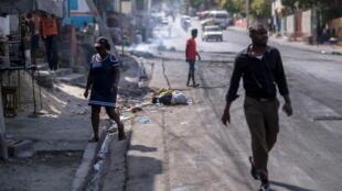 Des pneus incendiés par des manifestants dans le quartier de Lalue, une semaine après l'assassinat du président Jovenel Moise, à Port-au-Prince, le 14 juillet 2021.