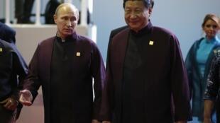 Le président russe Vladimir Poutine et son homologue chinois Xi Jinping, à Pekin, le 10 novembre 2014.