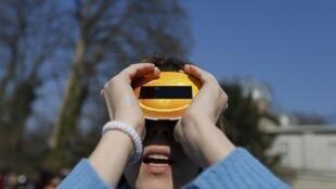 Un aficionado visionando eclipse en Francia