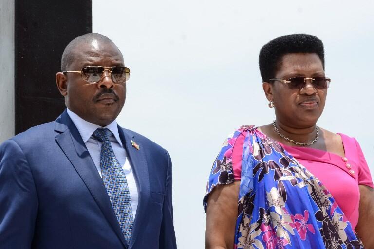 Rais wa Burundi Pierre Nkurunziza (Kushoto) ambaye hivi karibuni alitangaza kuwa hatowania katika uchaguzi wa mwaka 2020 na mkewe Denis Nkurunziza.
