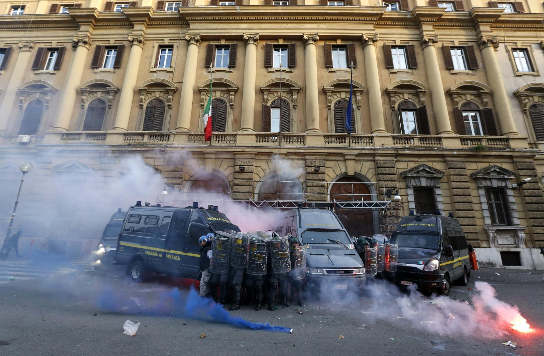 A polícia italiana teve um confronto neste sábado com um grupo de manifestantes, nas imediações do Ministério da Economia, em Roma.