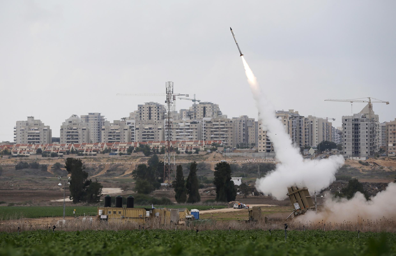 Quân đội Israel trú đóng tại Ashkelon, bắn tên lửa chặn rốckét từ phía Palestine (REUTERS)