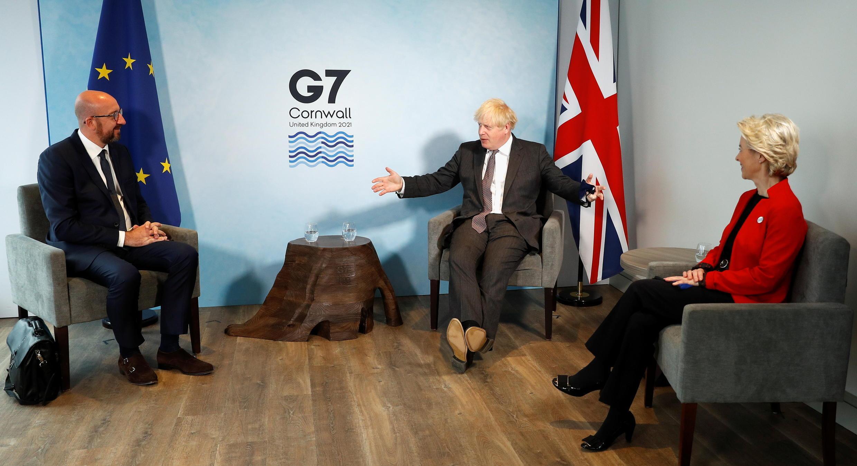 Le Premier ministre britannique Boris Johnson (c) rencontre la présidente de la Commission européenne Ursula Von der Leyen et le président du Conseil européen Charles Michel lors du sommet du G7 à Carbis Bay, en Cornouailles, Grande-Bretagne, le 12 juin 2021.