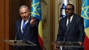 Waziri mkuu wa Israel, Benjamin Netanyahu (Kushoto), akiwa na mwenyeji wake waziri mkuu wa Ethiopia, Hailemariam Desalegn.