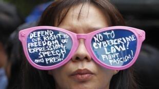 Une manifestante contre la loi sur la cybercriminalité devant la Cour suprême de Manille, le 9 octobre 2012.