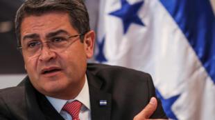 El presidente de Honduras, Juan Orlando Hernández, del Partido Nacional, con mayor cantidad de escaños en el Congreso de Honduras, habla con un reportero en Manhattan, NY, EEUU, para la apertura de la 72a Asamblea Nacional de la ONU en septiembre de 2017.