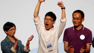 El joven Nathan Law celebra la victoria en las legislativas en Hong Kong ek 5 de septiembre de 2016.