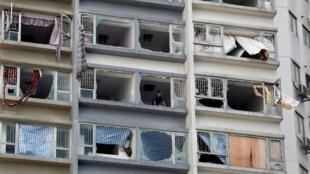 Bão Hato làm vỡ cửa kính một tòa nhà ở Macao, ngày 24/08/2017.
