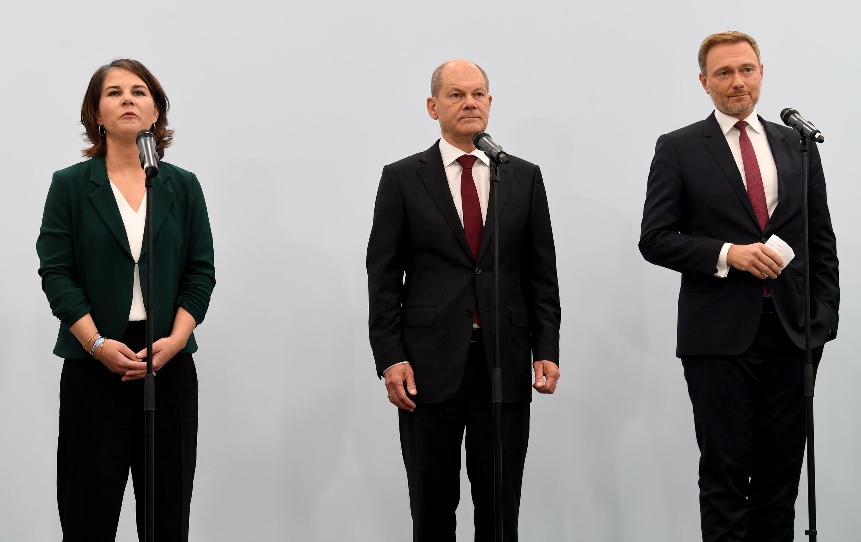 Olaf Scholz comparece flanqueado por Annalena Baerbock (izq) y Christian Lindner (dcha) para anunciar el acuerdo preliminar de gobierno en Alemania entre socialdemócratas, verdes y liberales, el 15 de octubre de 2021 en Berlín