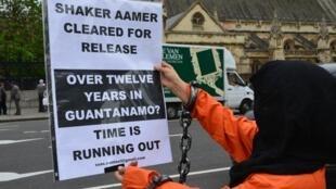 Un militant déguisé en détenu de Guantanamo, lors d'une manifestation demandant la libération de Shaker Aamer, en mai 2014, à Londres.