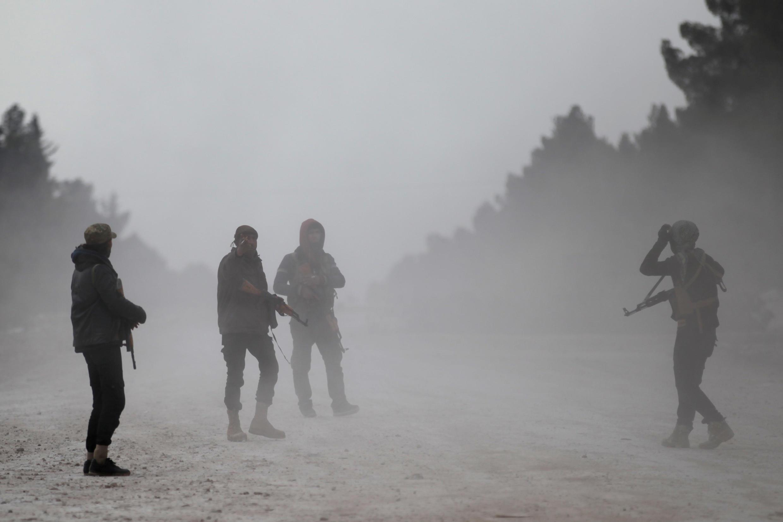 Combatentes do Exército Sírio na periferia da cidade de al-Bab, no norte da Síria, controlada pelo Estado islâmico.
