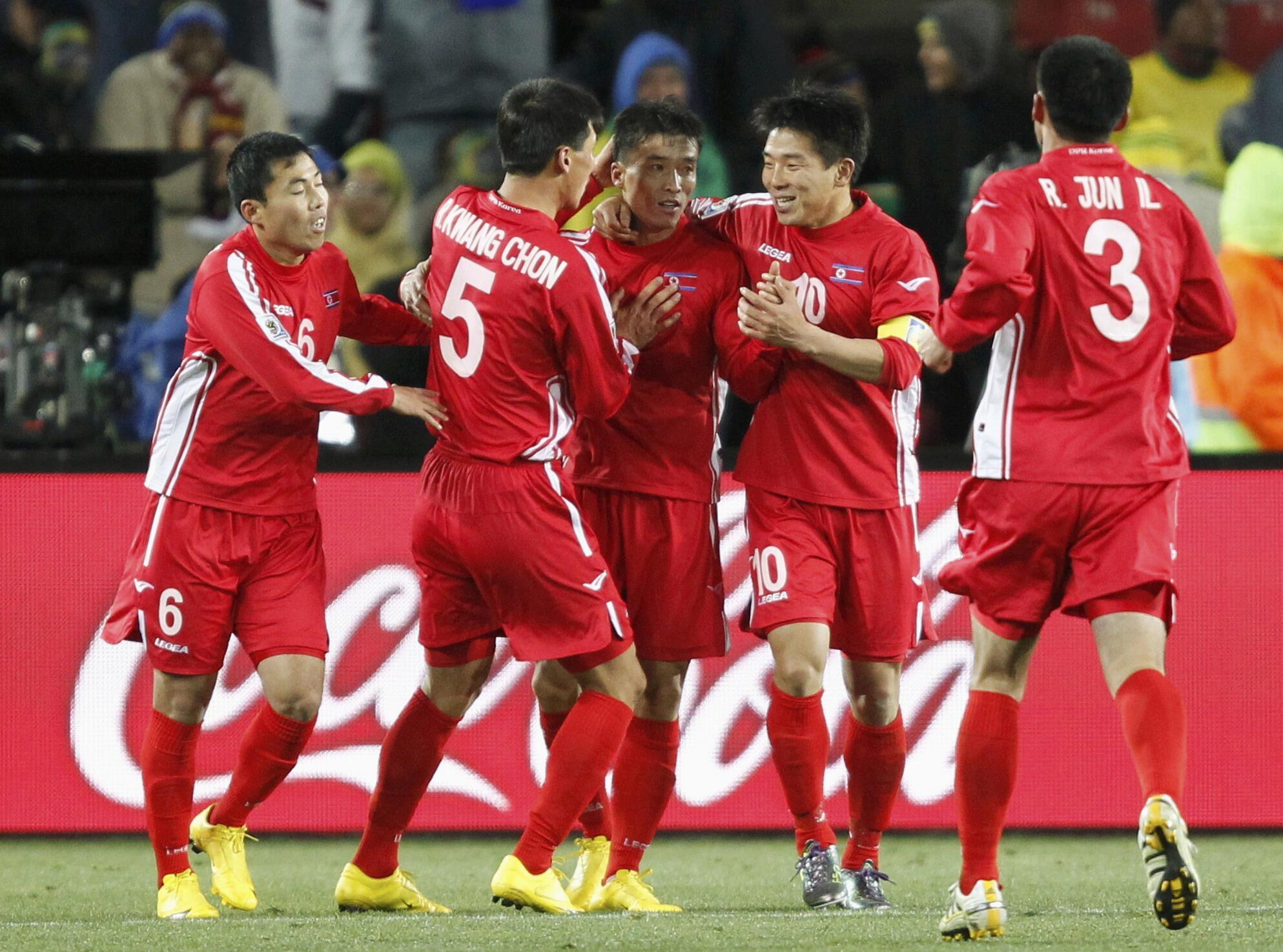 Cầu thủ Bắc Triều Tiên Ji Yun Nam (giữa) cùng đồng đội vui mừng sau bàn thắng trước đội Brazil tại sân vận động Ellis Park, Johannesbourg ngày 15/06/2010.