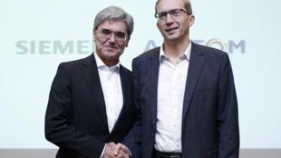 2017年資料照片,阿爾斯通總裁亨利-普巴爾-拉法基(右)與西門子總裁喬-卡瑟在巴黎合影