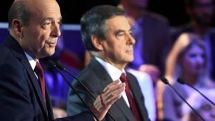 Ông Alain Juppé ( trái) và ông François Fillon, hai đối thủ ở vòng 2 bầu cử sơ bộ của cánh hữu và trung, trong cuộc tranh luận thứ 2 trên truyền hình hôm 3/11/2016.