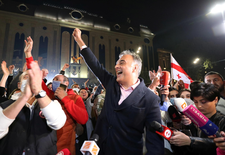 Вечером после выборов, 31 октября, сторонники оппозиции уже начали праздновать в Тбилиси победу (на фото), ориентируясь на результаты экзитполов. Однако ЦИК объявил о победе правящей партии.