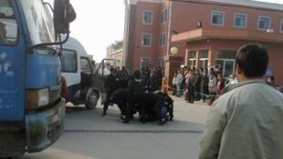 江苏省昆山市台资力圣电子有限公司职工因不满不合理的调休和管理而举行全体罢工,2011年11月23日,图为警察殴打一名职工。