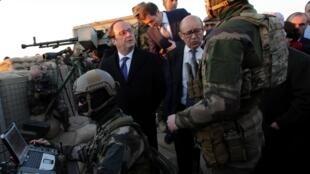 Tổng thống Pháp François Hollande ( hàng sau bên trái) cùng bộ trưởng Quốc phòng Jean-Yves Le Drian thăm các binh sĩ Pháp hỗ trợ  quân đội Irak trong chiến dịch tái chiếm Mossoul, Irak ngày 02/01/2017.